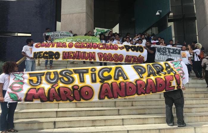 Parentes e amigos de Mário foram mais uma vez ao fórum e protestaram pelo adiamento. Imagem: Marcionila Teixeira/DP