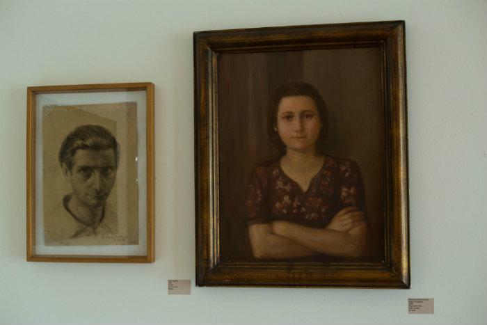 Autorretrato de La Greca e pintura da esposa Silvia Decussati, que também era pintora. Foto: Camila Pifano/Esp DP