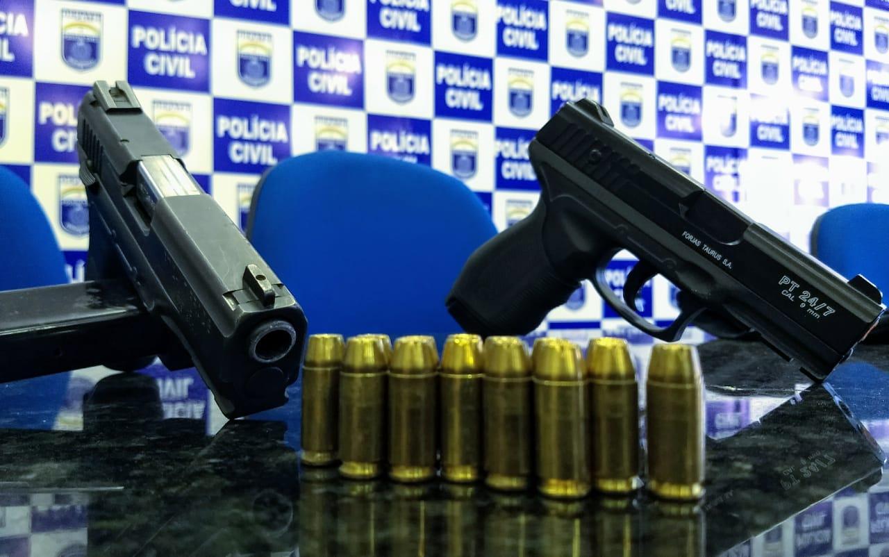 Polícia apreendeu uma pistola.40 e um simulacro de pistola, além de coletes e luvas da Polícia Civil - Foto: Polícia Civil/Divulgação