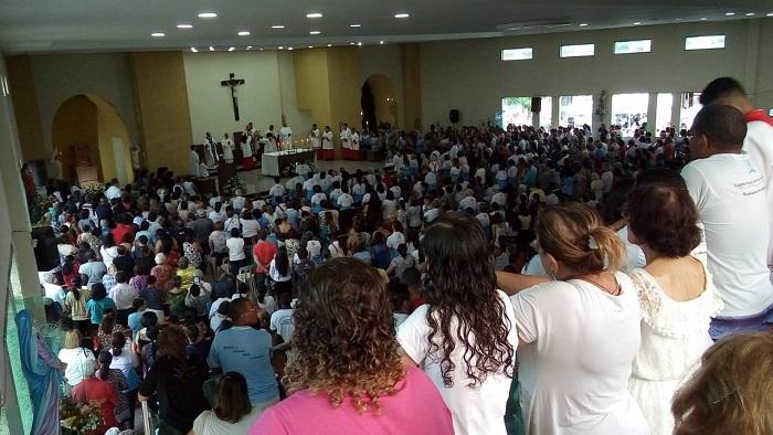 Comemorando 60 anos da construção da Paróquia de Nossa Senhora Aparecida, católicos lotaram a igreja na última missa desta sexta-feira. Foto: Osnaldo Moraes/DP