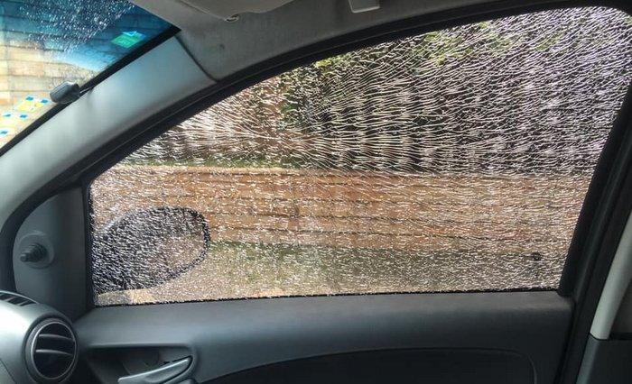 Foto feito pela vítima que vidro do carro quebrado. Divulgação