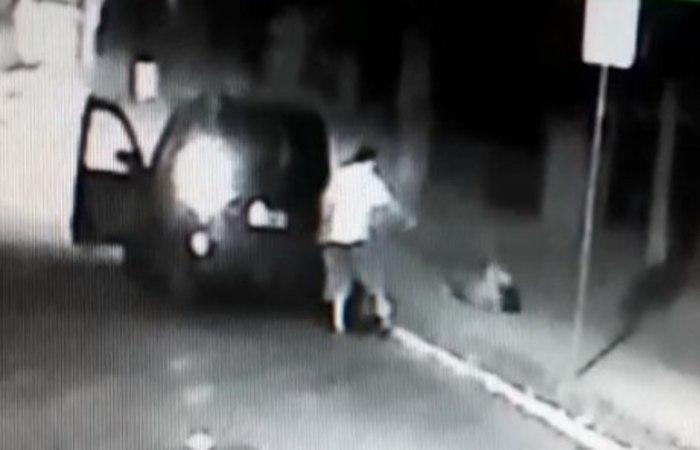 Imagens de câmera de segurança mostram o momento que Renata Solange de Souza, 35 anos, é assassinada a tiros. Foto: Reprodução