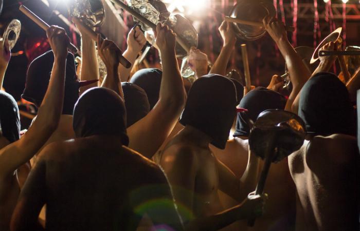 Espetáculo Batucada consiste em cerca de 50 integrantes que batucam em latas, panelas e frigideiras para montar uma espécie de desfile apoteótico. Foto: Cumplicidades/Divulgação