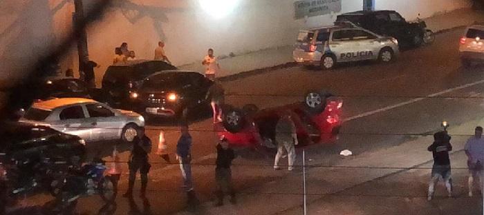 Por motivos ainda não informados, um carro capotou na Torre e uma mulher ficou presa nas ferragens. Foto: Anchielly Florêncio/Cortesia_