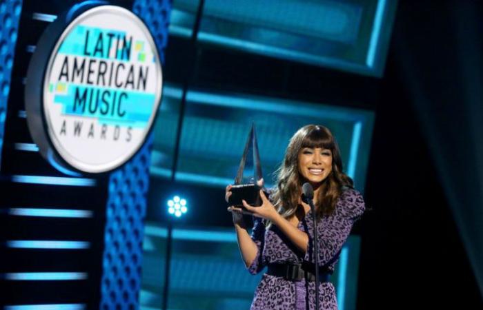 Ao subir ao palco para receber a estatueta, Anitta pareceu não esperar pela prêmio. Foto: Telemundo/Divulgação