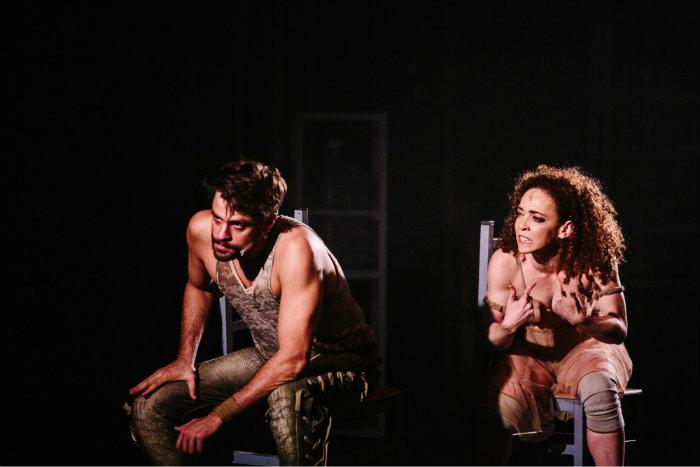 A nova adaptação da tragédia grega Medeia, de Eurípides, é narrada pelos atores Alejandro Claveaux e Laila Garin. Foto: Elisa Mendes/Divulgação