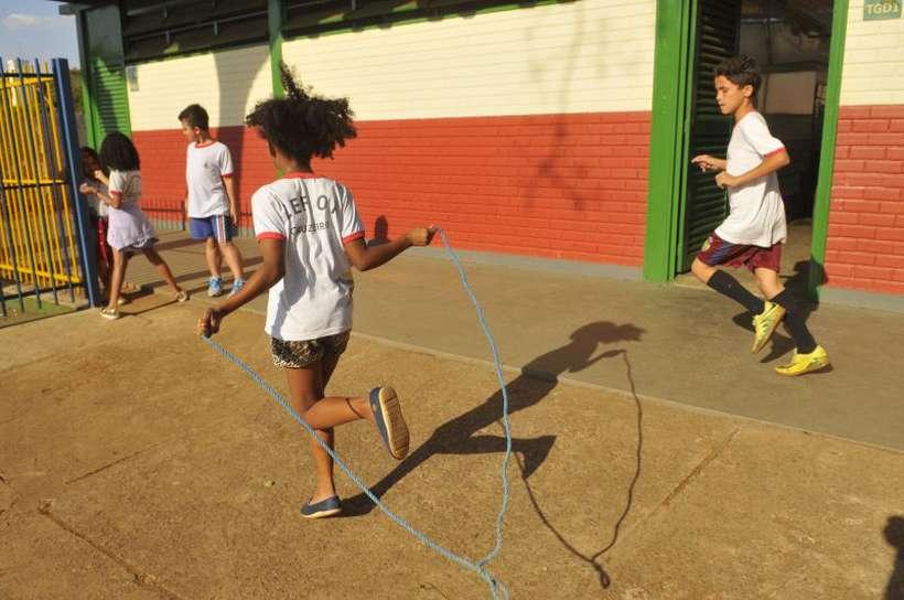 Escola no Cruzeiro: especialista afirma que o Brasil peca ao investir muito pouco no ensino fundamental, mas critica qualquer corte na educação superior. Foto: Minervino Junior/CB/D.A Press