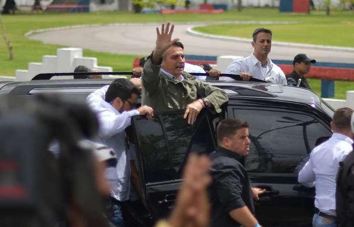 Bolsonaro cercado de seguranças no dia do segundo turno das eleições (foto: Carl de Souza/AFP)