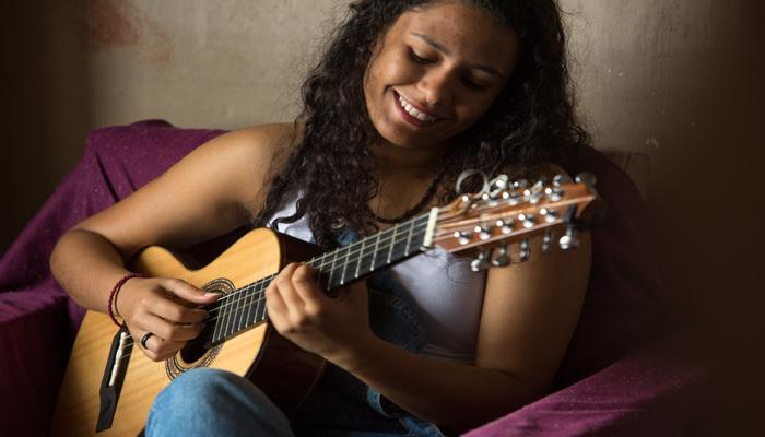 Laís de Assis é formada em viola de dez cordas e violão popular pelo Conservatório Pernambucano de música. Foto: Yuri Lemos/Divulgação