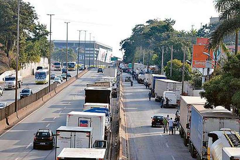 Greve dos caminhoneiros em maio parou o país, e o governo foi obrigado a negociar, concedendo subsídio ao diesel. Foto: Alexandre Gusanshe/EM/D.A Press