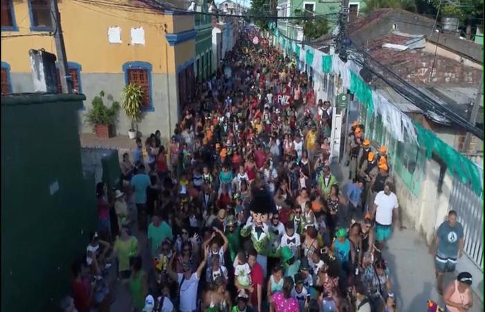 Calunguinha arrastando uma multidão no carnaval olindense. Foto: Homem da Meia-Noite/Arquivo