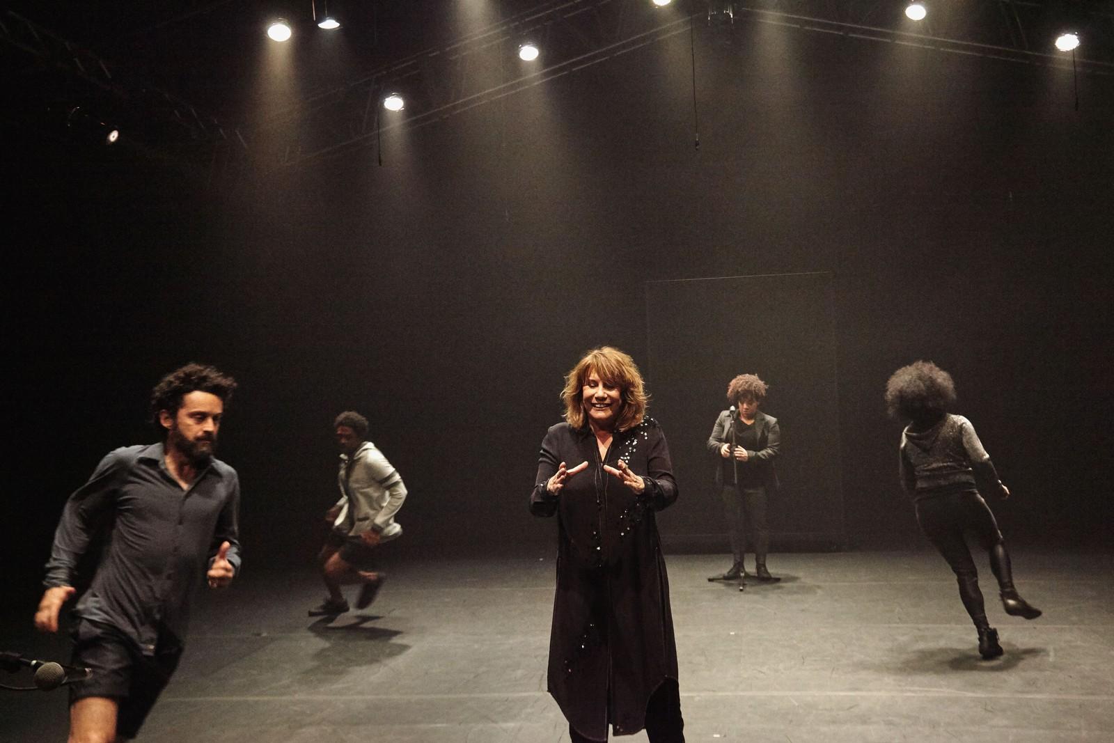 Espetáculo 'Preto', com Renata Sorrah, abre a programação no Teatro de Santa Isabel. Foto: Naná Moraes/Divulgação.