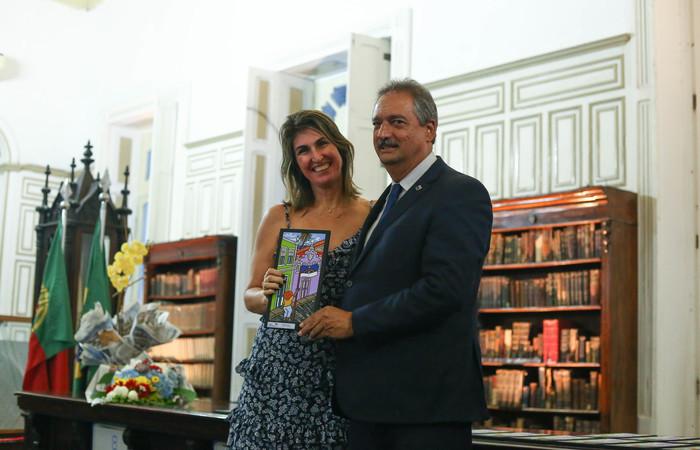 A homenageada recebendo o prêmio das mãos de José Gonçalves Campos Filho, do CRC. Foto: Camila Pifano / Esp.DP