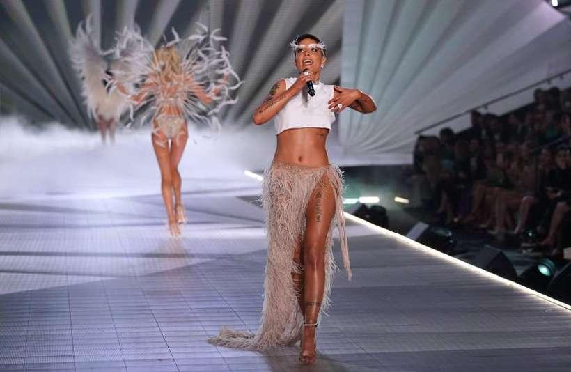 Halsey em desfile da Victoria's Secret. Foto: TIMOTHY A. CLARY/AFP