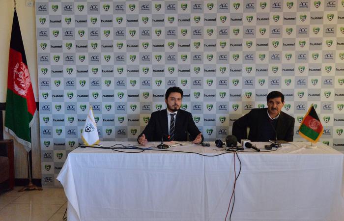 A FIFA está investigando denúncias de abuso sexual e físico contra a seleção feminina do Afeganistão. As acusações estão sendo direcionadas aos funcionários do governo, incluindo o presidente da Federação de Futebol do país, Keramuddin Karim. Foto: NOORULLAH SHIRZADA / AFP