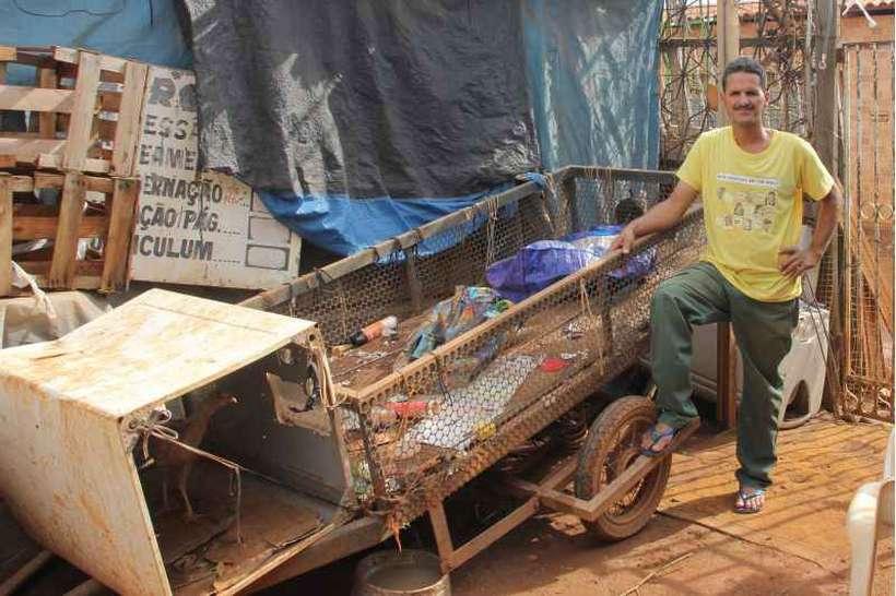 Ailton Souza Pereira trabalha com reciclagem. Em alguns meses, ganha R$ 1 mil em outras, R$ 400. Foto: Barbara Cabral/Esp. CB/D.A Press