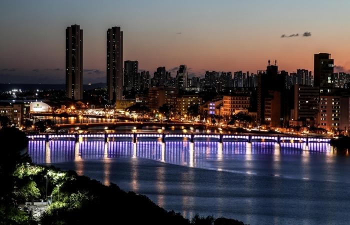 Um ônibus iluminado vai percorrer durante a noite os principais locais da cidade com decoração natalina. Foto: Marcos Pastich/PCR