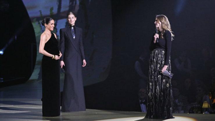Megan entregou o prêmio a Clare durante o Fashion Awards. Foto: Reprodução da internet