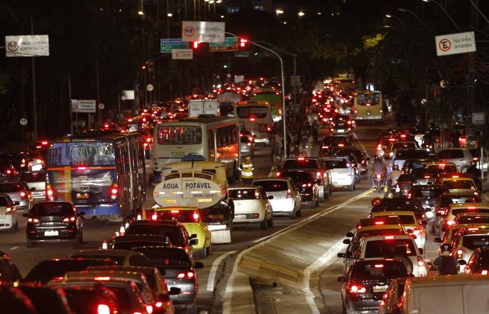 Intensificação do trânsito à noite na RMR evidencia necessidade de novas estratégias para desafogar a cidade. Foto: Ricardo Fernandes/DP/D.A Press