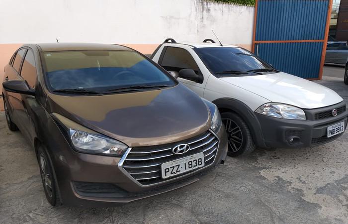 Dois dos três veículos apreendidos que estavam em poder do integrante do grupo paulista. Imagem: PF/Divulgação