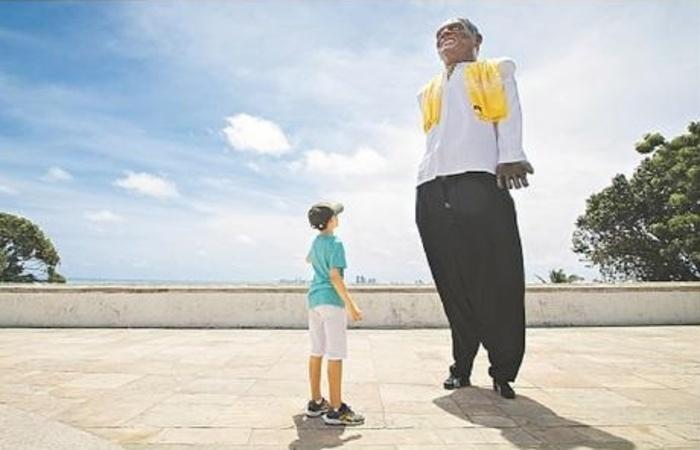 Paulo Lacerda, de Sergipe, teve seu dia de bonequeiro nas ruas da Cidade Alta. Foto: Leo Malafaia/Esp.DP