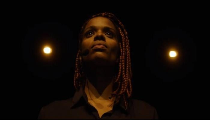 Monique Evelle, de 24 anos, é considerada uma das novas vozes do feminismo negro. Foto: Netflix/Reprodução