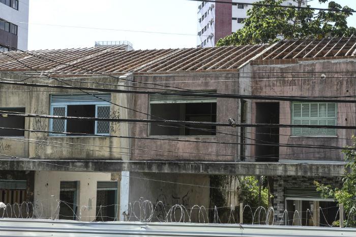 Casas geminadas seguem se deteriorando na Avenida Rosa e Silva. Foto: Bruna Costa/Esp.DP.