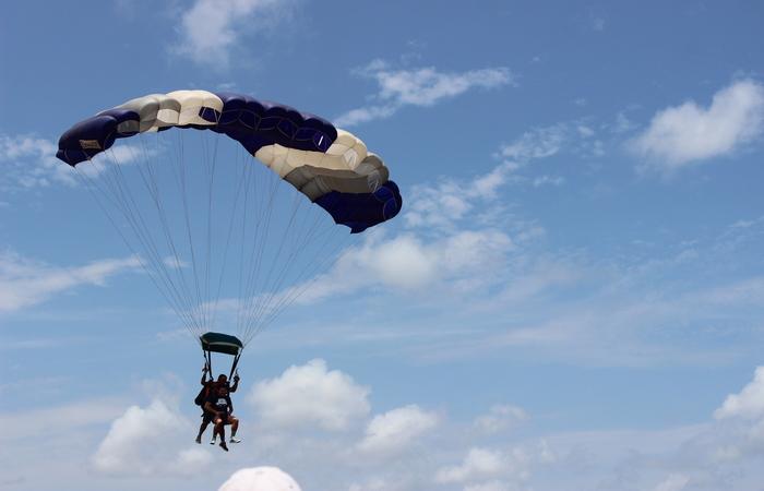 O salto duplo é acompanhado de um instrutor. Foto: Jefferson Belarmino/Cortesia