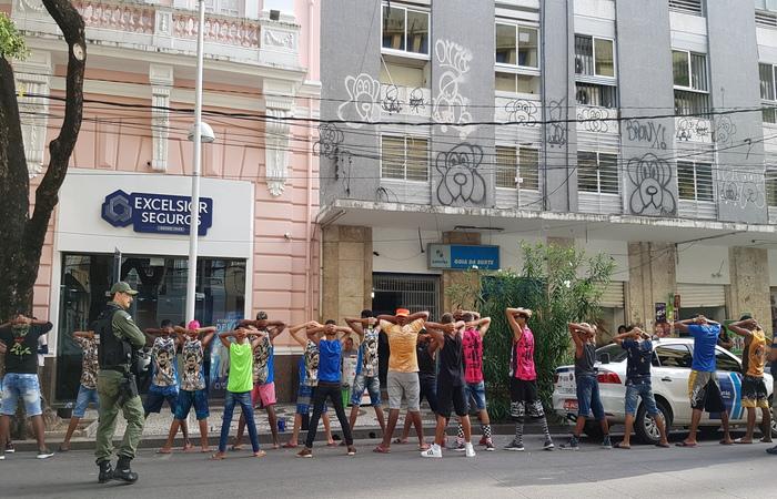 A equipe do Diario flagrou o momento em que a Polícia Militar abordava um grupo de jovens também na Avenida Marquês de Olinda - Foto: Marcela Cintra/DP
