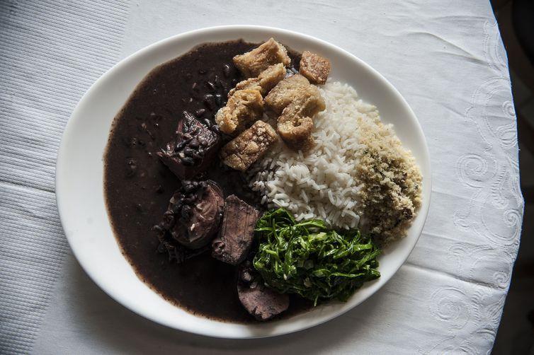 Se a porção de comida é excessiva, a recomendação é não comer tudo, dividir. foto: Arquivo/Agência Brasil
