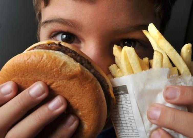 Embora alto, o valor calórico das refeições em fast foods foi inferior ao de de pratos feitos. Foto: Arquivo/Agência Brasil