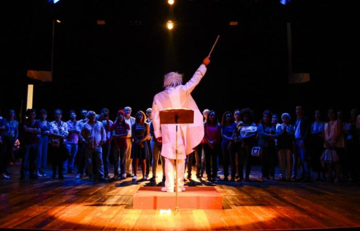 O público é convidado a sair da plateia e é levado para conhecer os bastidores do teatro. Foto: Wesley D´Almeida/PCR
