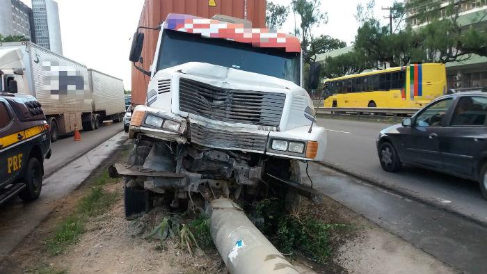 Motorista fez manobra para não colidir com outro caminhão. Foto: PRF/divulgação