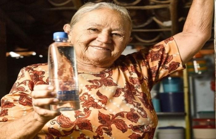Moradora de Aiuaba, no Ceará, beneficiada pelo abastecimento com a água da Ambev. Foto: Ama/Ambev/Divulgação