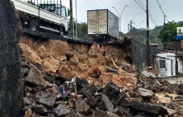 Na foto, deslizamento parcial do muro de contenção da pista da Avenida Norte, no Córrego do Jenipapo. Foto: Cortesia. (Na foto, deslizamento parcial do muro de contenção da pista da Avenida Norte, no Córrego do Jenipapo. Foto: Cortesia.)