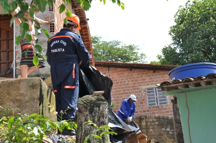Equipes instalaram lonas para evitar deslizamentos. Foto: Divulgação / Prefeitura do Paulista