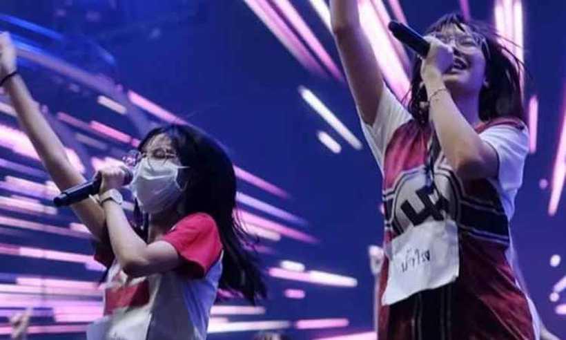 A cantora de 19 usava a camiseta durante apresentação ao vivo em canal tailandês. Foto: Reprodução/Twitter