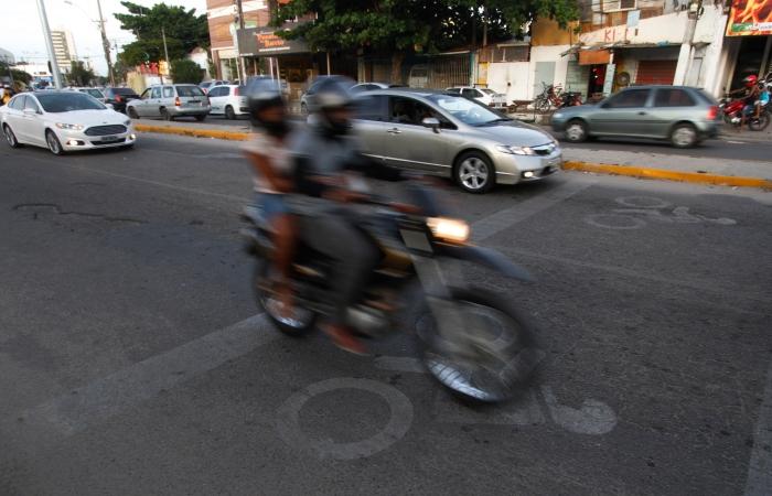 Na foto, motociclista trafega na Avenida Carlos de Lima Cavalcanti. Foto: Ricardo Fernandes/Arquivo DP FOTO. (Na foto, motociclista trafega na Avenida Carlos de Lima Cavalcanti. Foto: Ricardo Fernandes/Arquivo DP FOTO.)