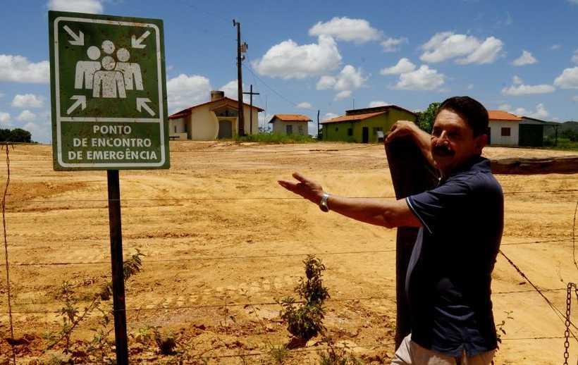 Geólogo Márcio José dos Santos, no local que a empresa determinou ser para refúgio em caso de problemas. Levantamento conclui que há contaminação de água na região. Foto: Carlos Vieira/CB/D.A Press