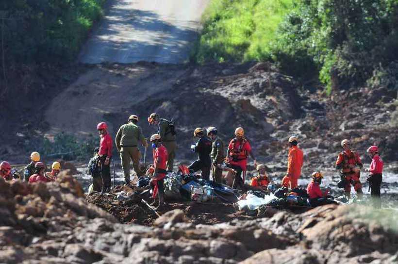 Equipe de buscas descobriu e resgatou ontem alguns corpos que deveriam estar no refeitório da mineradora na hora do rompimento da barragem. Foto: Gladyston Rodrigues/Estado de Minas