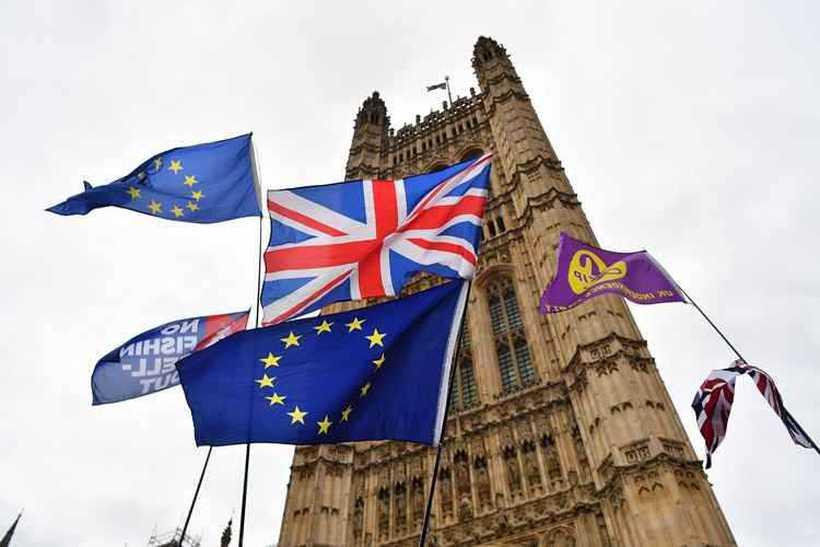 """Os deputados britânicos aprovaram uma emenda afirmando que só apoiariam o texto de divórcio se for retirada a """"salvaguarda"""" para manter aberta a fronteira entre Irlanda e a província britânica da Irlanda do Norte. Foto: Ben Stansall / AFP"""