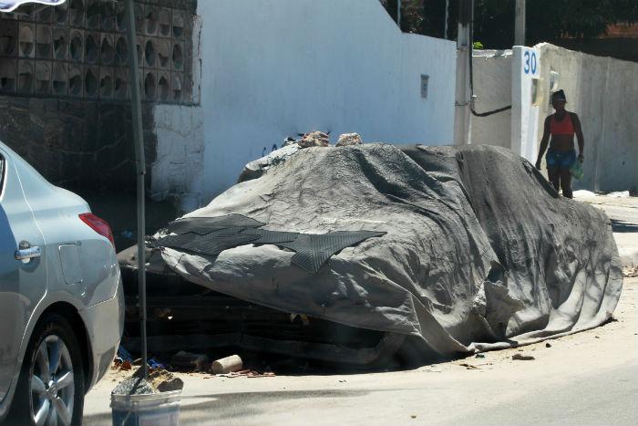 Os veículos sem placas serão levados para um galpão. Foto: Chico Bezerra/Divulgação.