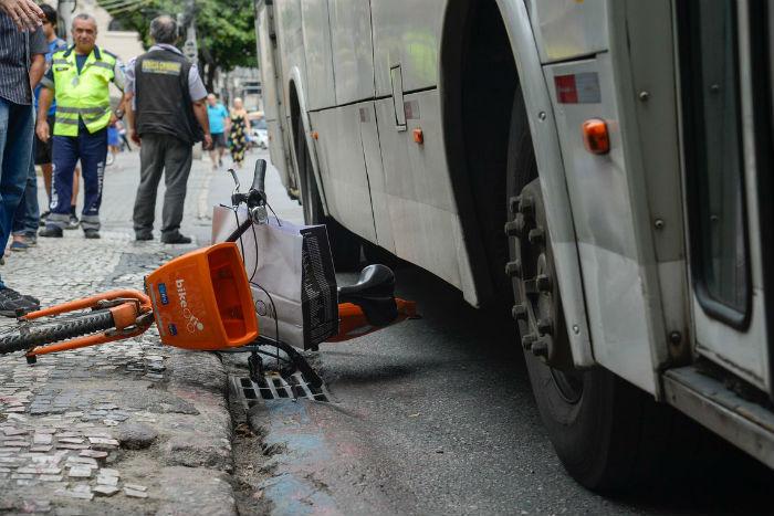 Acidente aconteceu na Avenida Cruz Cabugá, Santo Amaro. Foto reprodução acidente Rio de Janeiro: Tomaz Silva/Agência Brasil
