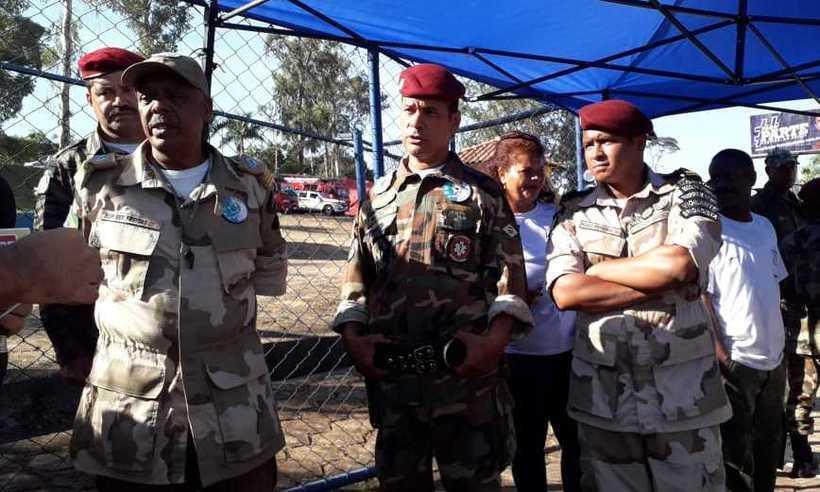 No grupo estão militares da reserva e a Brigada Voluntária Brasileira. Enquanto eles chegam, tropa israelense se despede do Brasil. Foto: Jair Amaral/EM