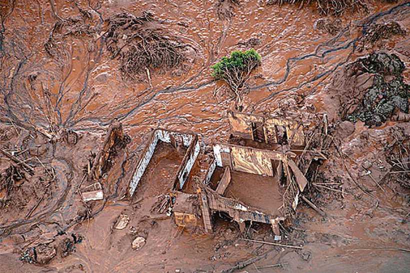 Acidente com a mina da Samarco, em Mariana, ainda não teve ninguém punido nem indenizações pagas após três anos do rompimento da barragem. Foto: Christophe Simon/AFP
