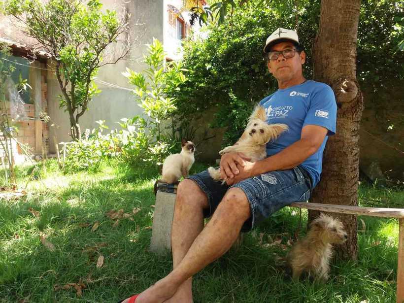Sebastião com seus bichos de estimação, no quintal de sua casa. Foto: Tiago Rodrigues/EM/D.A Press