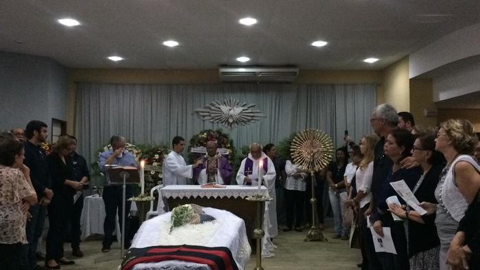 Uma fila se formou na frente do prédio para prestigiar a missa. Foto:: Sávio Gabriel/DP