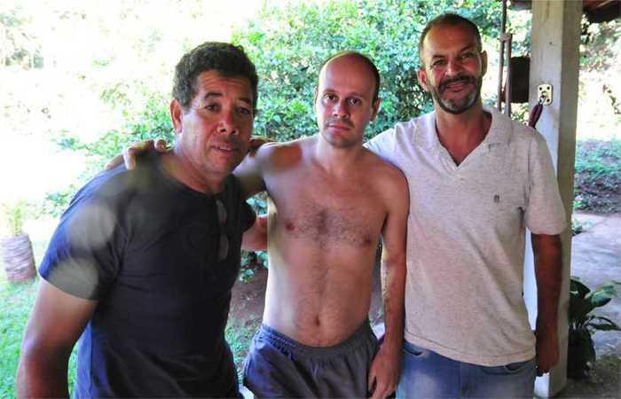 Sebastião (esquerda) e Elias (direita) se emocionaram ao encontrar Leandro (centro). Foto: Gladyston Rodrigues