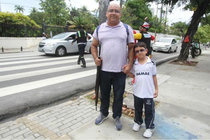 O servidor público Breno Freitas levou o filho, Rafael, 7, à nova escola pela primeira vez nesta segunda. Foto: Nando Chiappetta/DP.