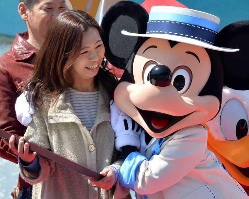 Turista se diverte com Mickey em parque da Disney em Tóquio. Foto: Yoshikazu Tsuno/AFP